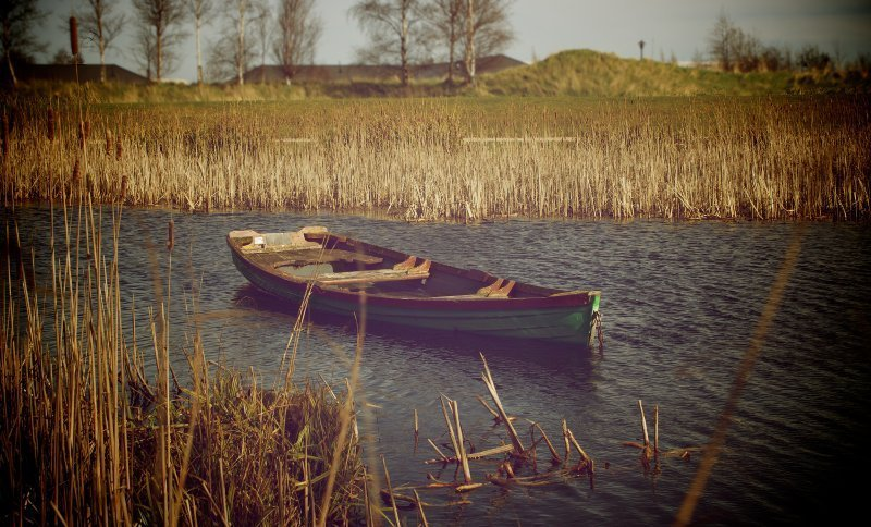 bote - bote estancado - agua con bote - bote en agua