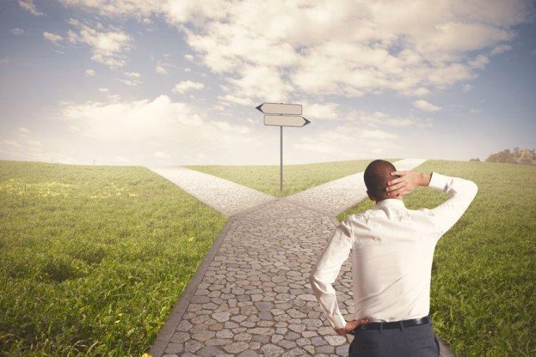 desiciones en la vida, como tomar desiciones, dos caminos, diferentes desiciones