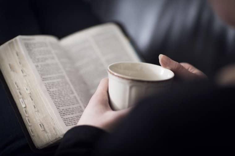 hombre leyendo la biblia, hombre tomando cafe