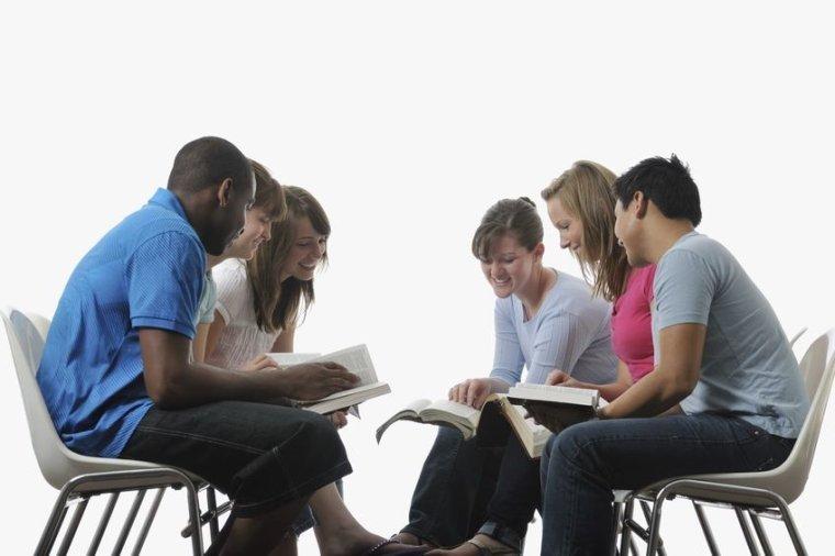 jovenes estudiando la biblia, jovenes estudiando