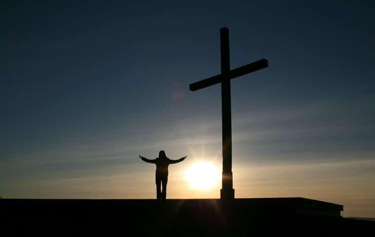 galatas, carta a los galatas, hombre e los pies de la cruz,