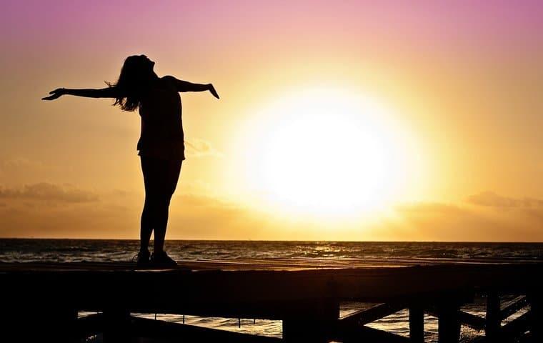 mujer libre, puesta del sol